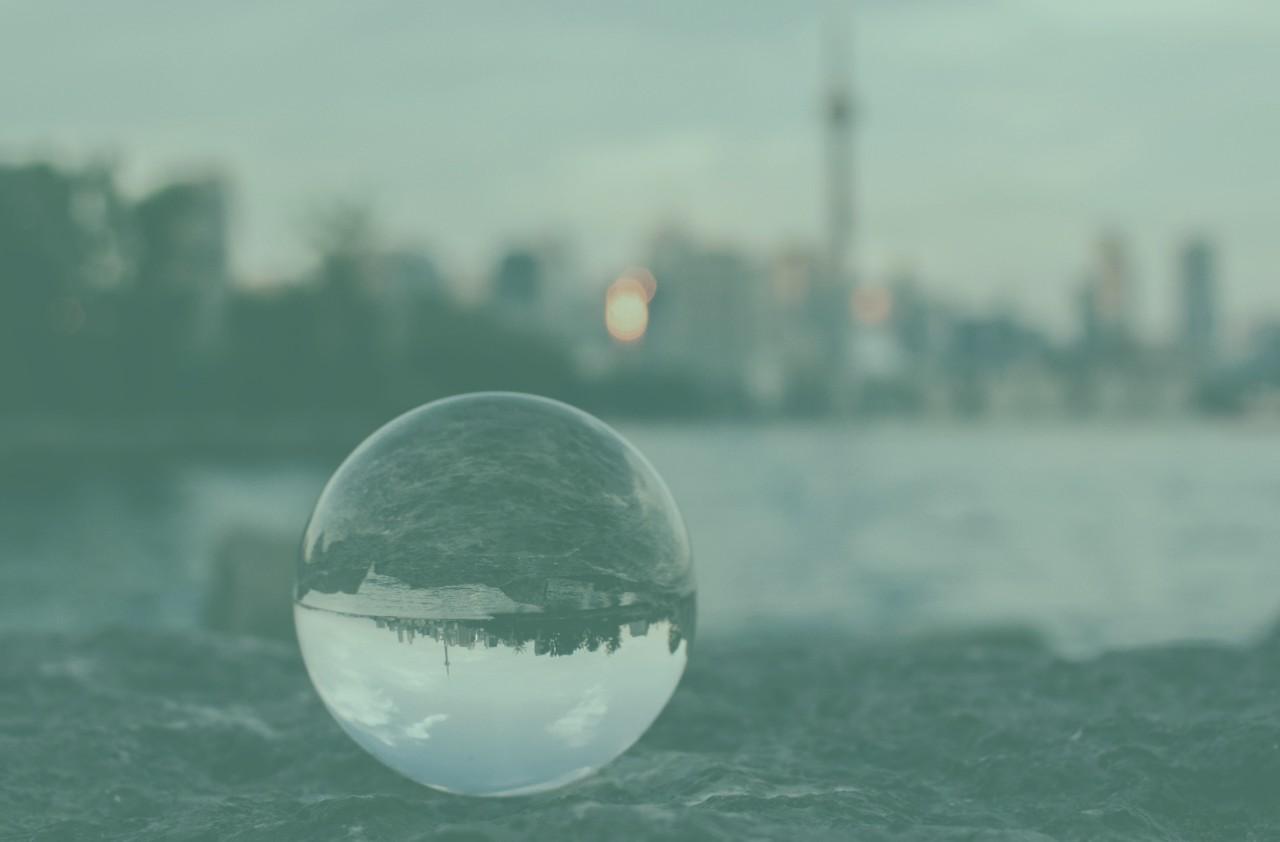 En kristallkula som visar en stad eller förvaltningsobjekt från ett annat perspektiv